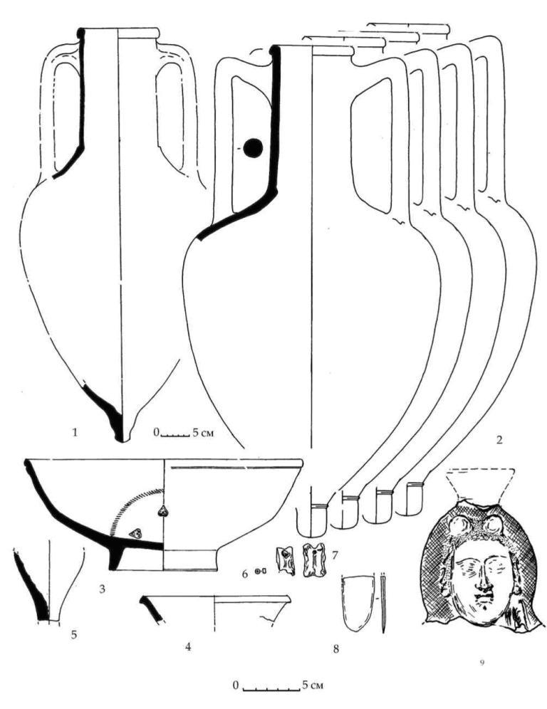 Рис. 24. Закрытый комплекс подгоризонта Е1. Локальное скопление к западу от мегарона Н. 1 — амфора неизвестного производственного центра. 2 — родосские амфоры. 3, 4 — чернолаковые чашки. 5 — нижняя часть унгвентария. 6 — бусина из египетского фаянса. 7 — астрагалы. 8 — бронзовая пластинка. 9 — фрагмент фигурного фимиатерия в виде полуфигуры Деметры