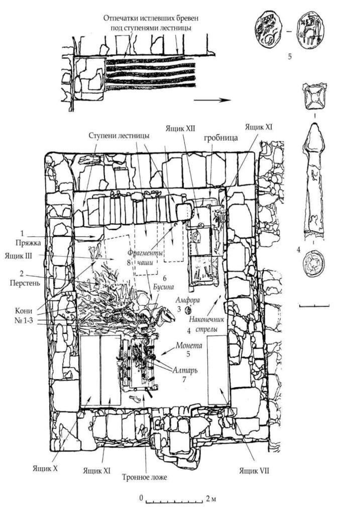 Рис. 70. План нижнего яруса мавзолея и некоторые находки с поверхности пола