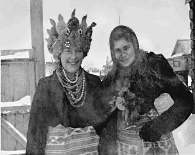 Рис. 1. Невеста и дружка, приглашающие гостей на свадьбу. 1959 г. (из фонда РРКМ)