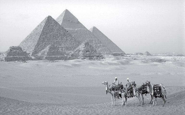 Рис. 16.5. Пирамиды в Гизе, Египет
