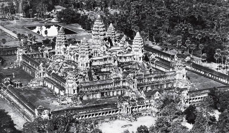 Рис. 16.3. Ангкор Ват, Камбоджа. Храм является символическим описанием буддистского космоса. В храм входят по мощенной дорожке в галерее длиной 150 метров, которая увенчана башней. Вдоль галереи идет балюстрада, украшенная многоголовыми змеями