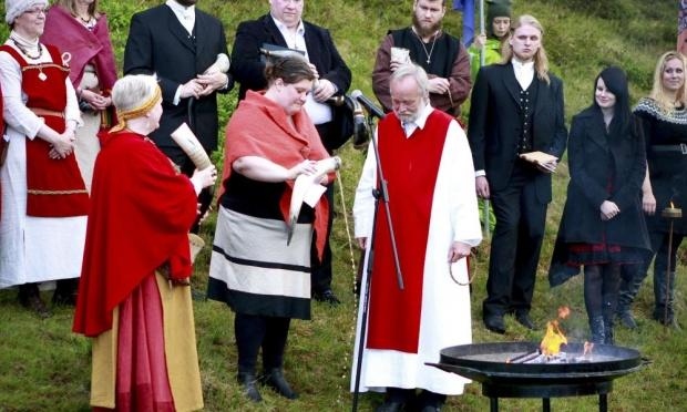"""Первосвященник Хилмар Ёрн Хильмарссон и его коллеги из ассоциации """"Ásatrúarfélagið"""" на церемонии в Национальном парке """"Pingvellir"""" около Рейкьявика."""