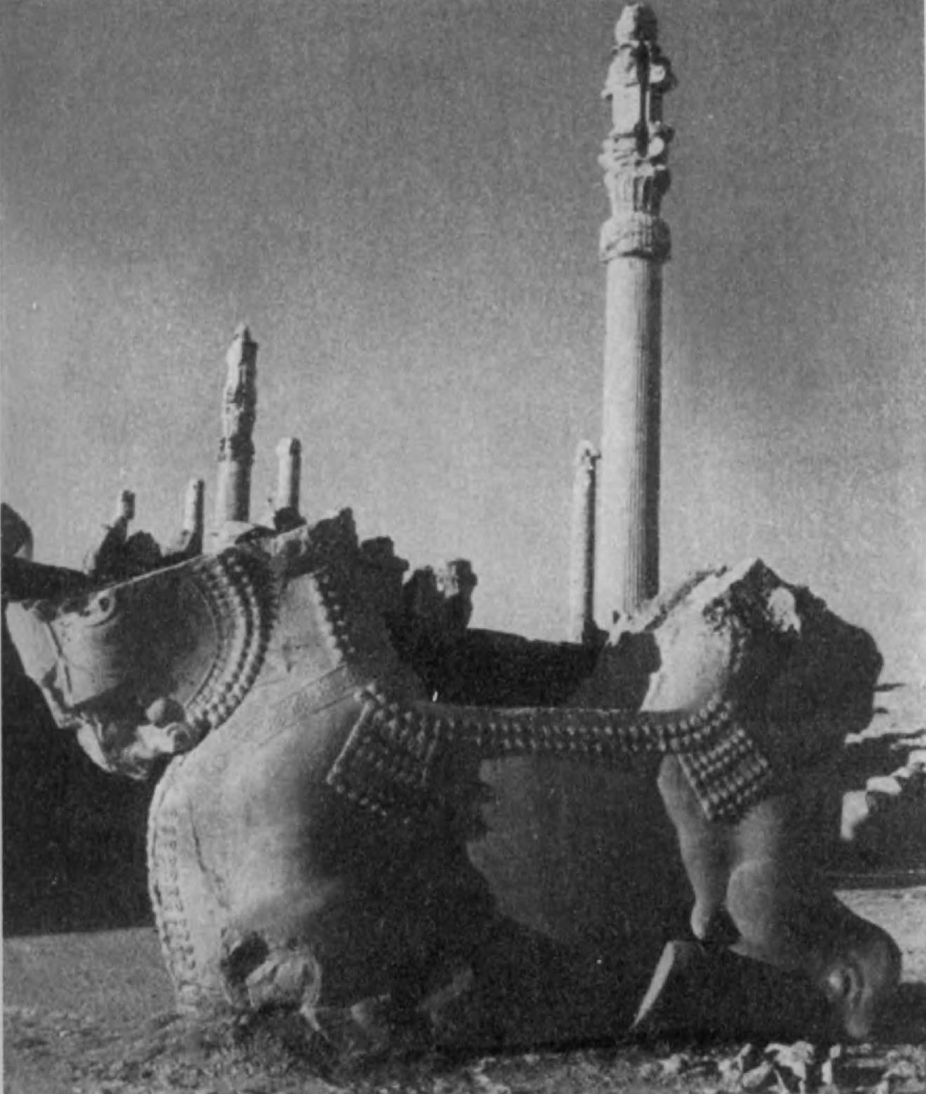 28.Персеполь. Упавшая капитель. Греческое влияние сказывается в каннелиро-ванных стволах колонн и в отделке баз, но массивные капители, заканчивающиеся двумя протомами быков, свидетельствуют об архитектурных приемах, характерных для Ассирии и Армении.