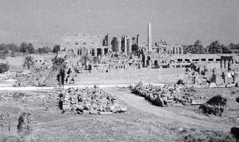 Рис. 8.3. Храм бога Солнца Амона в Карнаке близ Тебеса в Египте, известное туристическое место со времен римлян