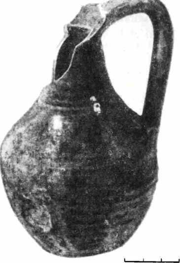 Рис. 2. Кувшин белой глины с зеленой поливой из Византии. Найден в слое X в. в Тмутаракани