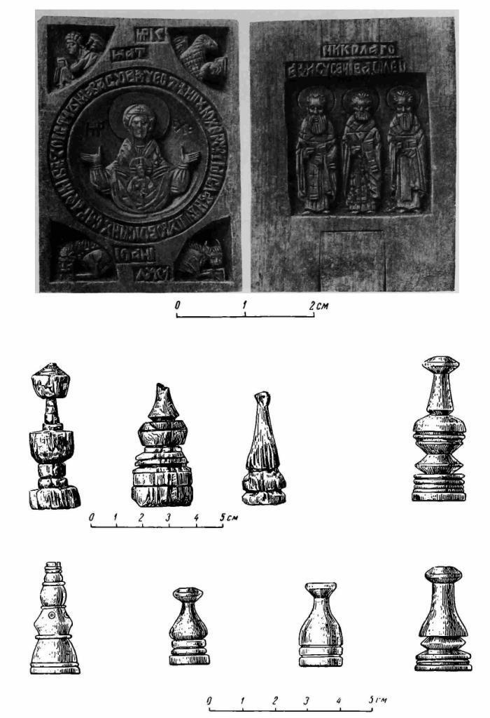 Рис. 26. Деревянная иконка-мощевик XVI в. (лицевая и обратная стороны) и шахматные фигурки XIV—XVI вв. (дерево и кость).