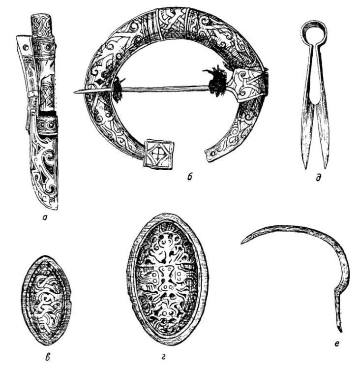 Рис. 2. Из инвентаря кексгольмских могильников XII—XIV вв. а — орнаментированные ножны; 6 — подковообразная фибула; в—г — овальные фибулы карельского типа; д — железные ножницы для стрижки овец; е — железный серп.