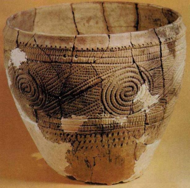 Неолитический сосуд, украшенный ямочно-гребенчатым орнаментом