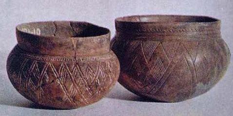 Керамические сосуды из могильников карасукской культуры