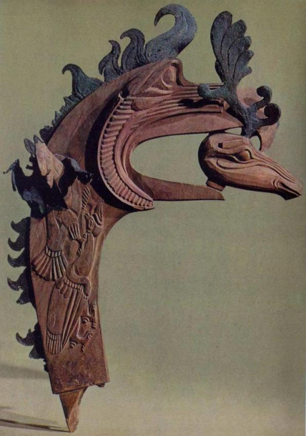 Пазырыкское искусство: голова барана в клюве грифона (дерево, кожа)