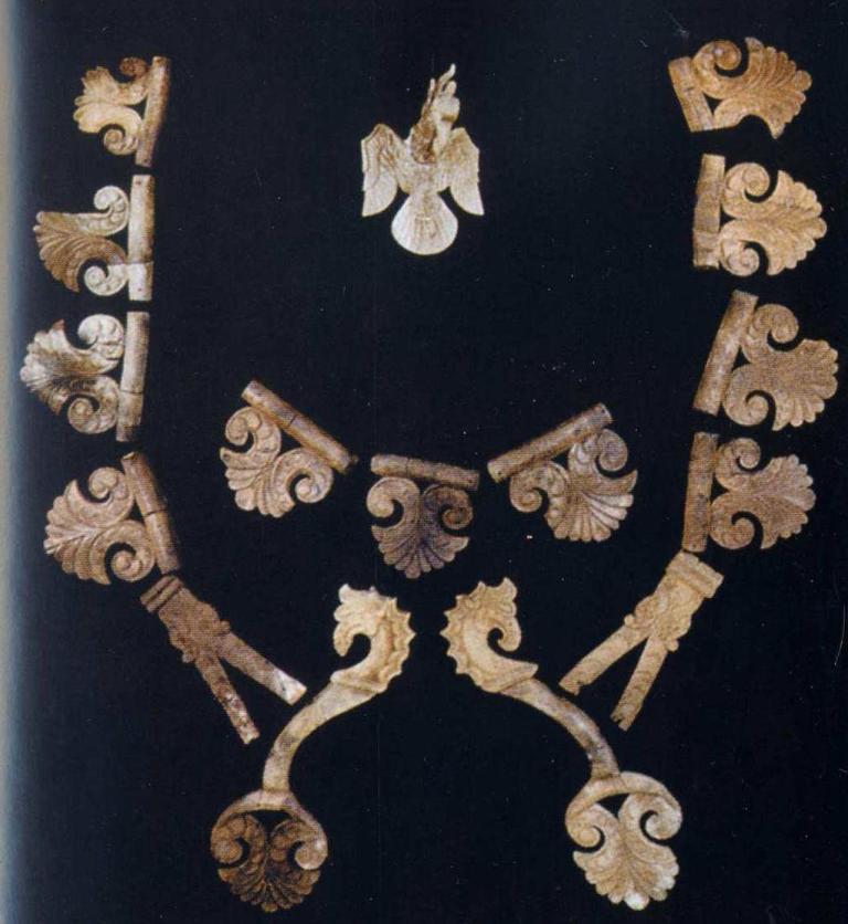Деревянное украшение сбруи коня, могильник Алаха 3, пазырыкская культура (по Н.В.Полосьмак)