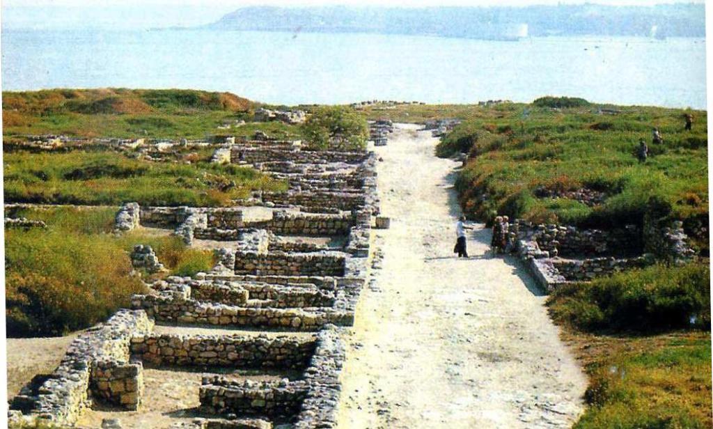 Раскопки античного Херсонеса, главная улица