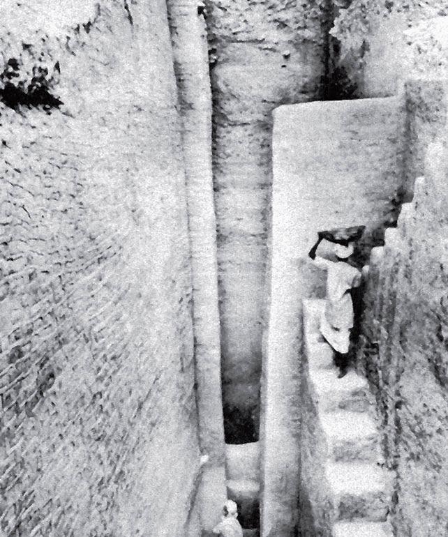 Рис. 9.20 (б). Фотография реальных раскопок. Это глубокая траншея в глубины центра города