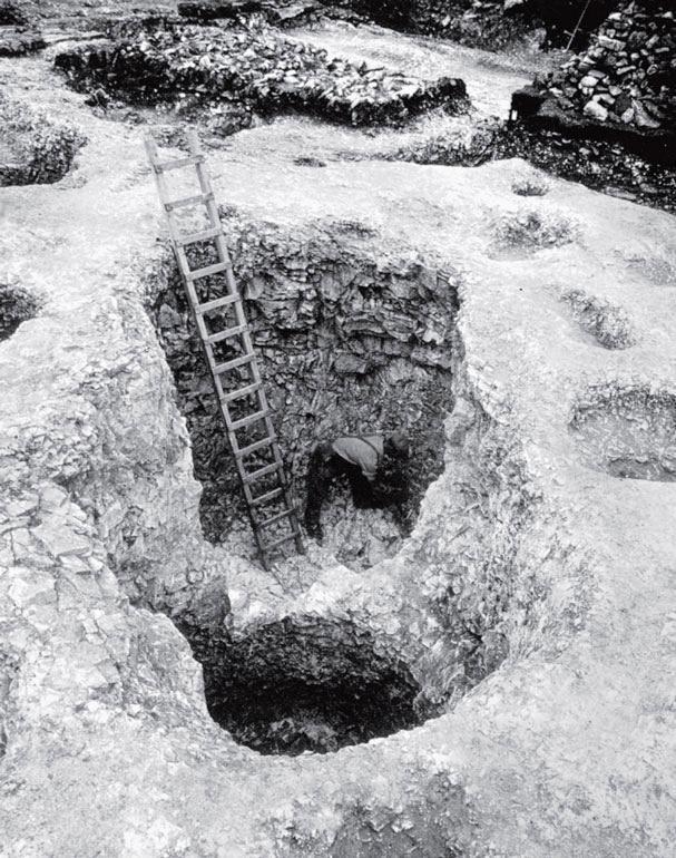 Рис. 9.17. Двойная яма-хранилище в Мэйден Касл в Дорсете, Англия, была прорезана в меловой подпочве
