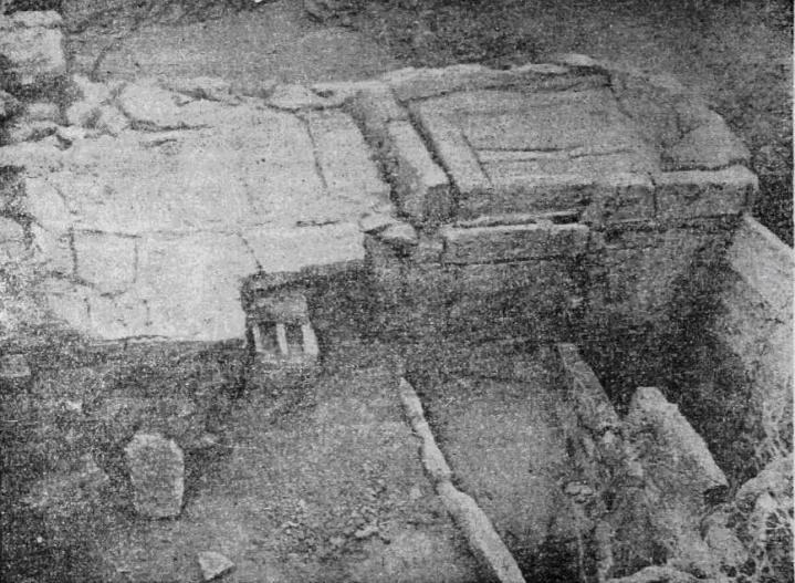 Рис. 28. Тиритака. Винодельня III в. до н. э Давильные площадки и резервуары для стока сусла