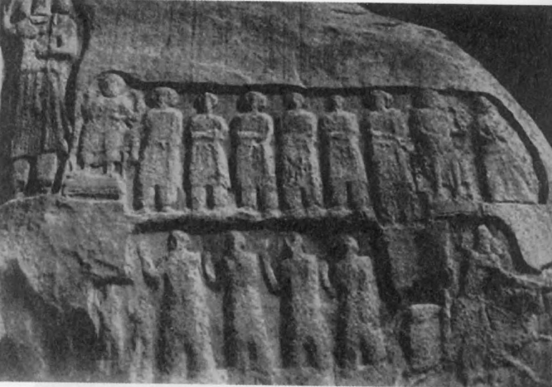 75. Рельеф на скале в Танг-и Сарвак надписи показывают, что население говорило на арамейском языке.