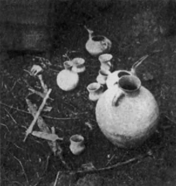 Сосуды и кинжалы из погребений в Хурвине (западнее Тегерана)