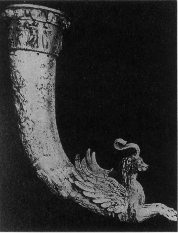 117.Большой квадратный зал парфянской Нисы хранил клад ритонов из слоновой кости с поясами сцен из греческой мифологии, расположенными по кругу. Эти ритоны — красноречивое свидетельство расцвета эллинистического искусства в Восточном Иране