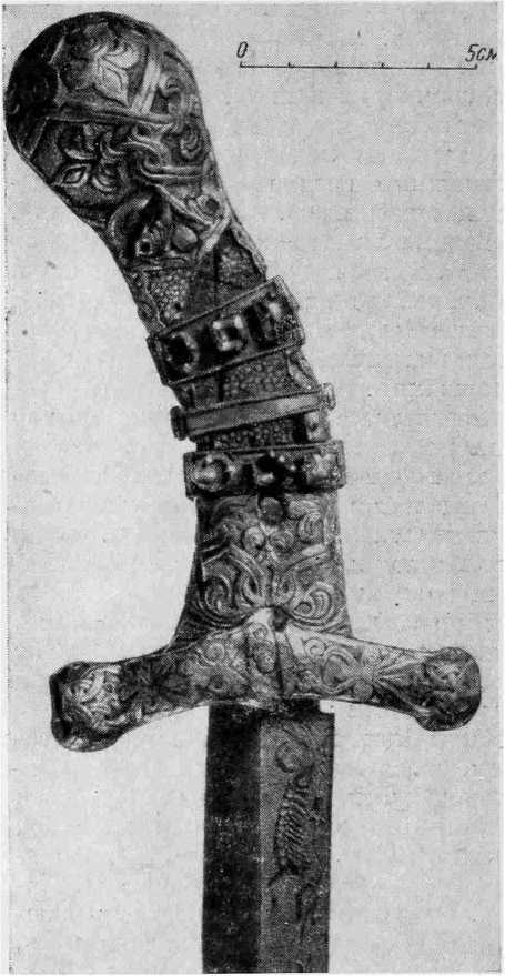 Рис. 1. «Сабля Карла Великого». Рукоять. Историко-художественный музей. Вена