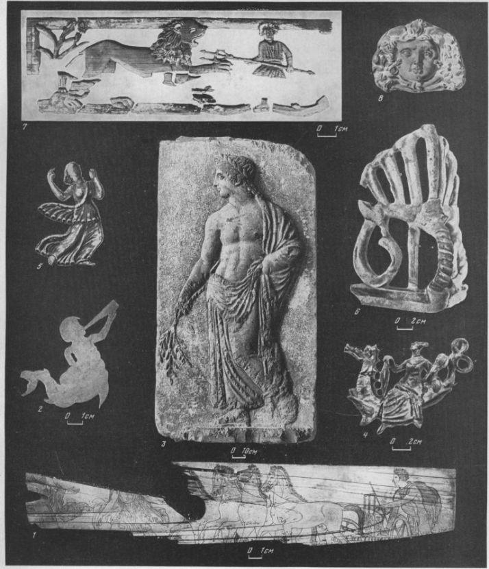 Таблица CXXVII. Украшения саркофагов 1 — костяная пластина с изображением похищения Левкип-нид, конец V в. до н. э., Куль-Оба; 2 — тритон, костяная пластина, украшение шкатулки, I в. н. э., Тиритака; 3 — деталь саркофага из Змеиного кургана — Аполлон, IV в. до н. э., дерево; 4— деталь анапского саркофага с нереидами, III в. до н. э., дерево; 5 — умирающая ниобида, I в. н. э., терракота; в — угловой гипсовый акротерий саркофага из Тиритаки, I в. н. э.; 7— ажурный рельеф, украшение раркофага I—II вв. н. э., Пантикапей, дерево; 8— маска Медузы Горгоны, I— II вв. н. э., саркофаг из Кеп, терракота. Составитель М. М. Кобылина
