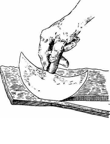 Рис. 11. Современный стальной нож для разрезания кожи, употребляемый в седельном производстве.