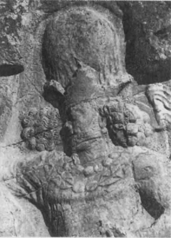 81. Рельеф в Накш-и Рустаме. Голова Ша- пура 1. Шапур известен еще и тем, что при нем в зороастрийскую духовную литературу было введено много новых представле- ний; он же покровительствовал пророку Мани — основателю манихейской религии