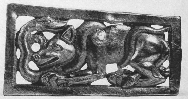 186. Золотая четырёхугольная застёжка со сценой схватки волка со змеёй. Сибирская коллекция.