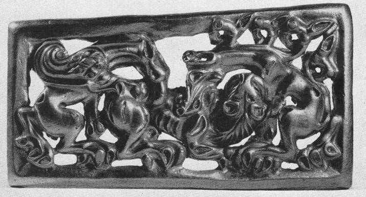 188. Золотая застёжка со сценой борьбы двух фантастических зверей с тигром. Сибирская коллекция.