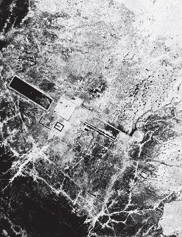 Рис. 8.9. Фотография города Ангкор, Камбоджа, сделанная с помощью радара Spaceborne Imaging Radar-C/X-band Synthetic Aperture Radar с космического корабля «Эндевер» 30 сентября 1994 года. На фотографии показано изображение участка размером 55 на 85 километров. Главный комплекс, Ангкор Ват — прямоугольник внизу справа, окруженный темной линией. Самое крупное озеро в центральной части Камбоджи, Тонл Сэр, находится ниже справа. Также видна сеть древних и современных дорог. Данные, полученные с помощью этих изображений, использовались для того, чтобы дать ответ, почему памятник оставили в XV веке, и для того, чтобы нанести на карту обширную систему каналов, водохранилищ и много другого, что было создано во времена расцвета этого города
