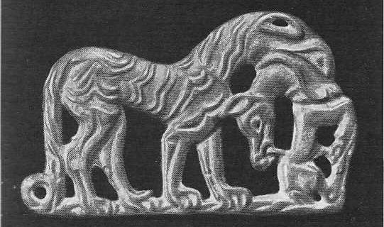 200. Бронзовая застёжка — тигр с загрызенным животным в пасти. Ордос.
