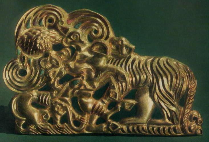 175. Золотая застёжка — схватка тигра, волка и грифа из-за добычи. Сибирская коллекция.