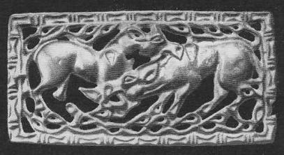 205. Бронзовая застёжка с изображением схватки лошадей и протянутыми над ними ветвями. Ордос.