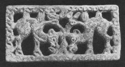 207. Бронзовая застёжка с двумя верблюдами по сторонам дерева. Ордос.