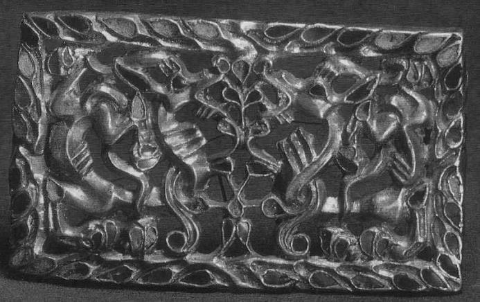 208. Золотая четырёхугольная застёжка с изображением фантастических животных по cторонам стилизованного дерева. Сибирская коллекция.