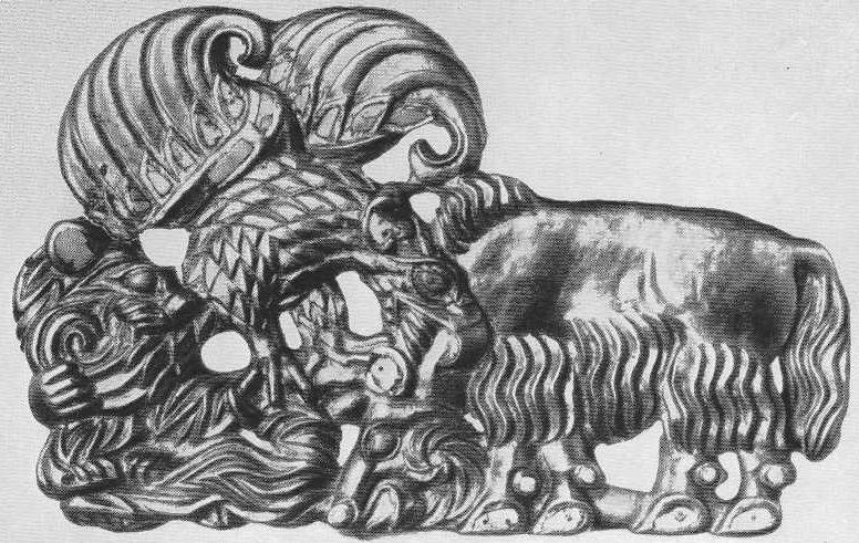 176. Золотая застёжка со сценой нападения грифа на яка. Сибирская коллекция.