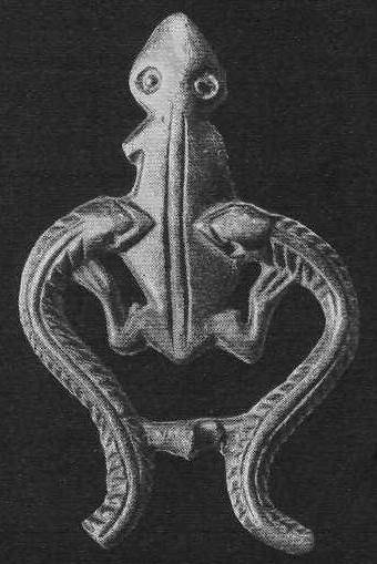 216. Бронзовая застёжка в виде лягушки, окружённой змеями. Ордос.