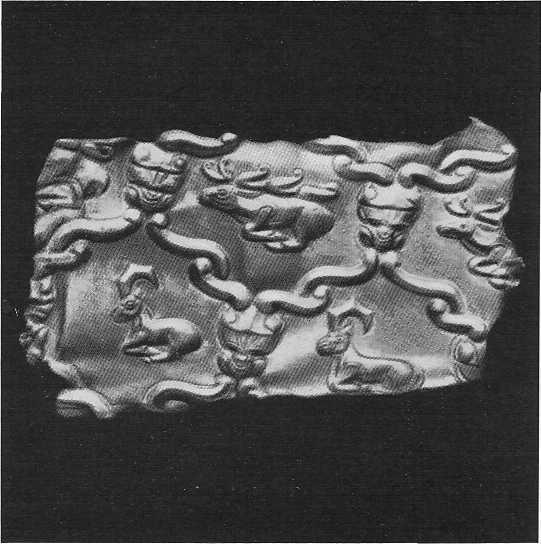 289. Золотое налучье с фигурами козлов и оленей. Фрагмент. Зивие.