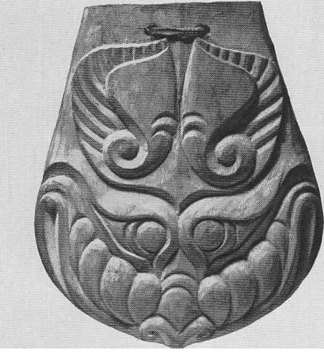 304. Деревянная подвеска — голова грифона в фас. Пазырык, первый курган.