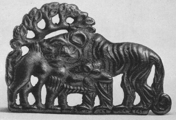 179. Золотая застёжка со сценой нападения тигра на верблюда. Сибирская коллекция.