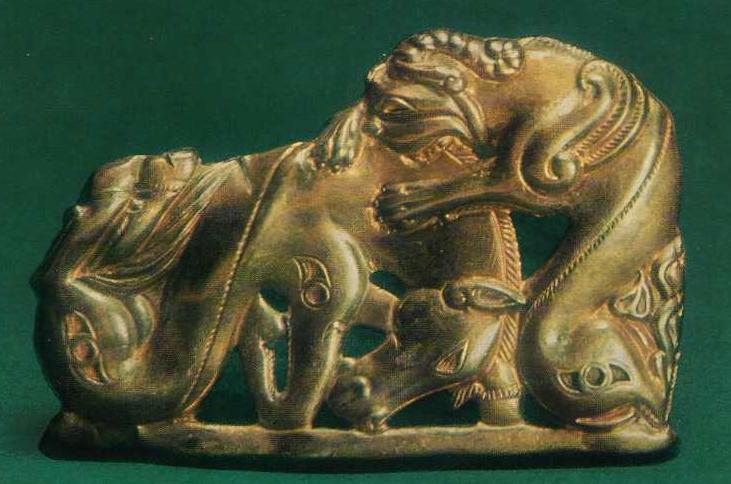180. Золотая застёжка со сценой терзания лошади львиным грифоном. Сибирская коллекция.