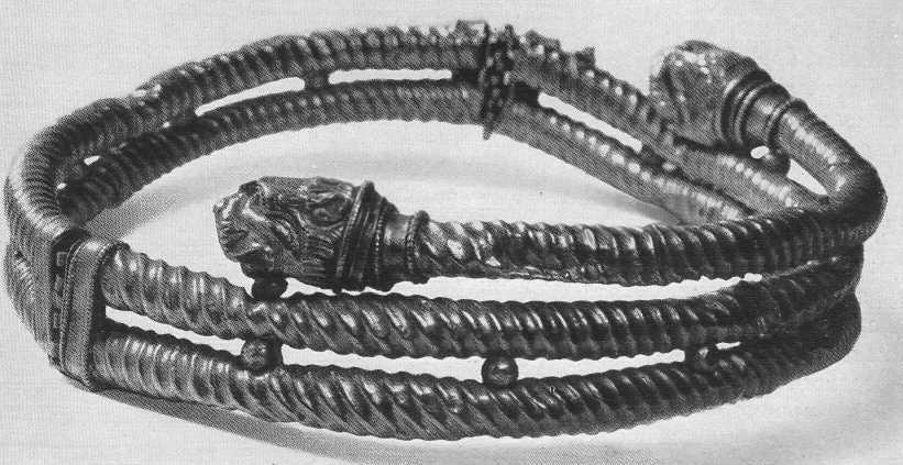 228. Золотая гривна на шарнирах из двух колец с полукольцом, с львиными головками на концах. Сибирская коллекция.
