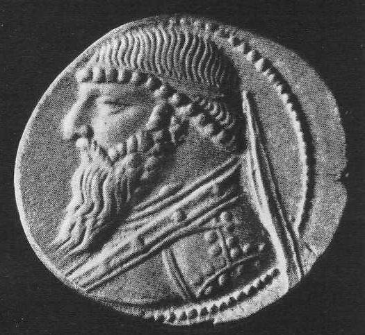 229. Парфянская монета с изображением царя с многовитковой гривной на шее (увеличено).
