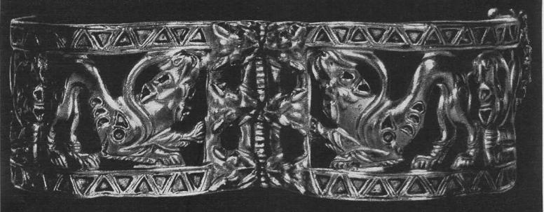 232. Золотой плаcтинчатый браслет со сценой борьбы тигра со змеем. Пакистан.