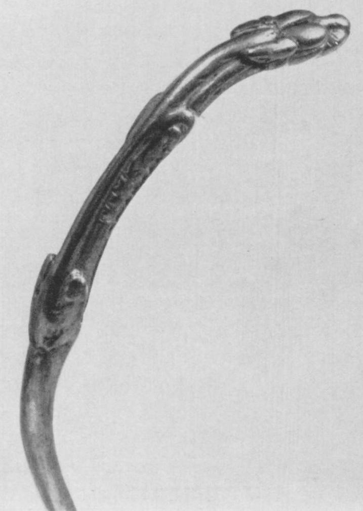 236. Гривна со схематизированной головкой зверя на конце. Деталь. Сибирская коллекция.