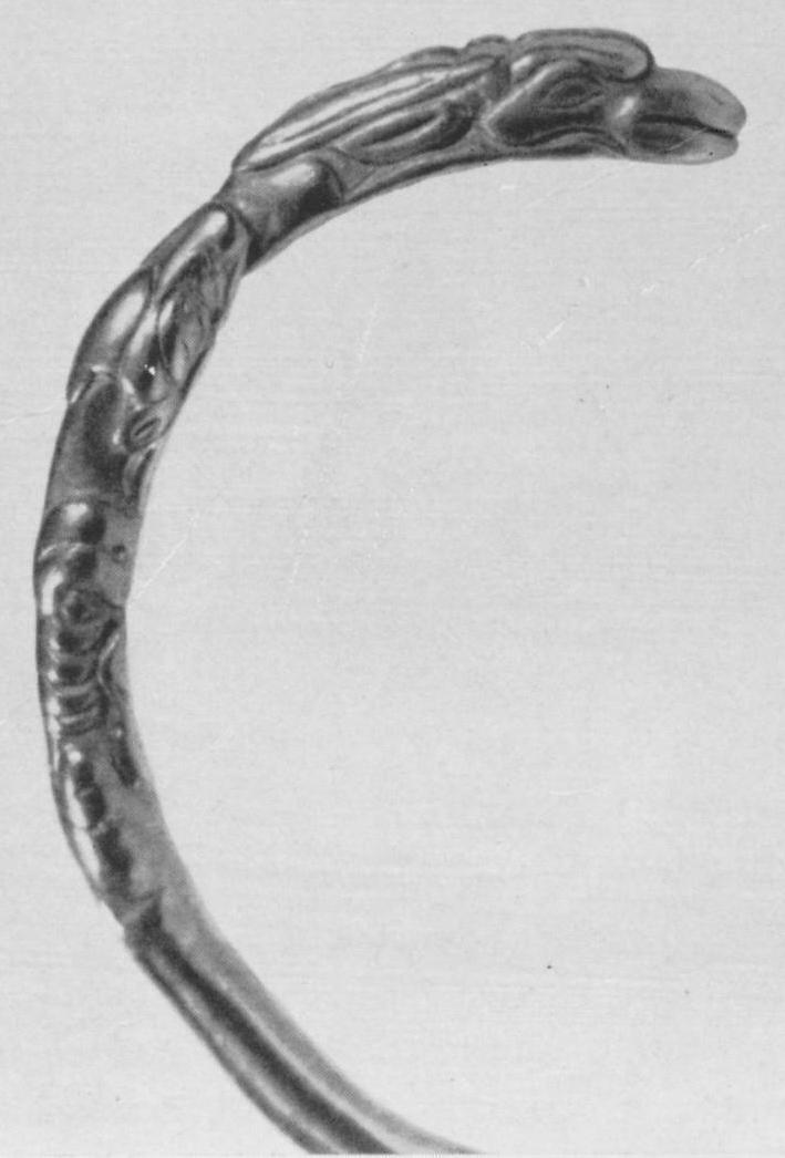 237. Золотой спиральный браслет с изображением головы оленя в пасти хищника. Деталь. Сибирская коллекция.