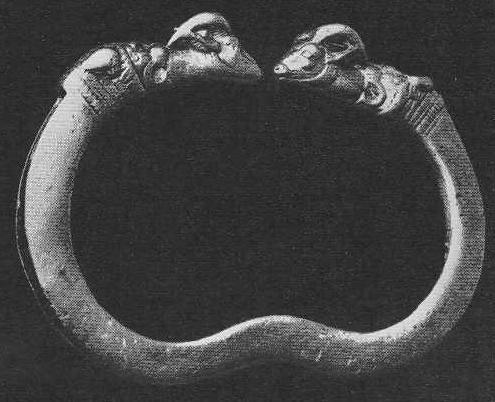239. Золотой браслет с головой льва, заглатывающего оленя. Аму-Дарьинский клад.