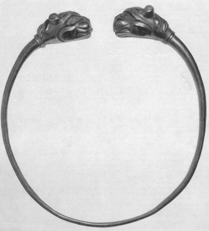 240. Золотая проволочная гривна с головками львов на концах. Сибирская коллекция.