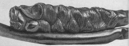 220. Золотая гривна с фигурками лежащих зверей на концах. Деталь.