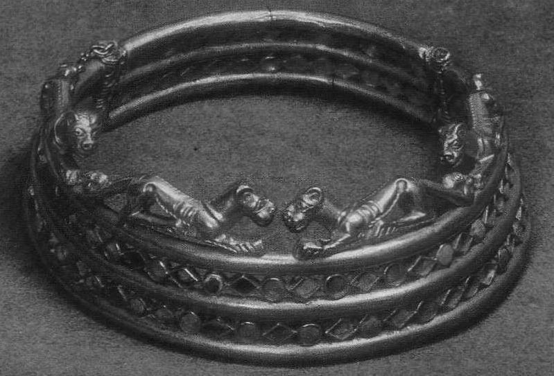 222. Золотая гривна из трёх колец, соединённых ромбами и кружками. Сибирская коллекция.