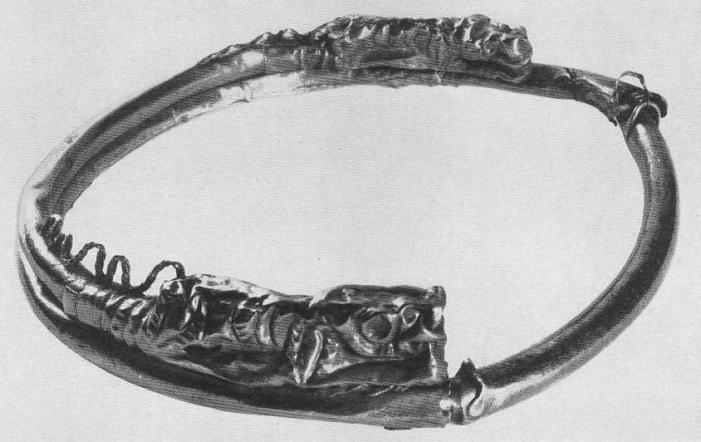 223. Золотая гривна с орнаментированными львами на концах. Сибирская коллекция.